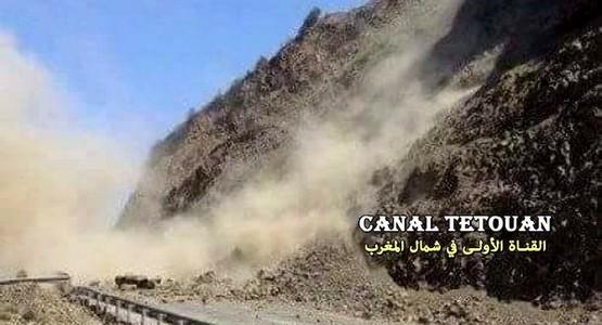 شاهد لحظة الانهيار الصخري على الطريق الساحلية بين مدينتي تطوان والحسيمة (فيديو)