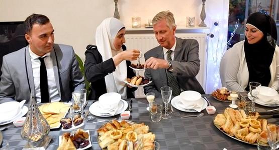 أسرة مغربية في بلجيكا تستضيف الملك البلجيكي فيليب في إفطار رمضاني