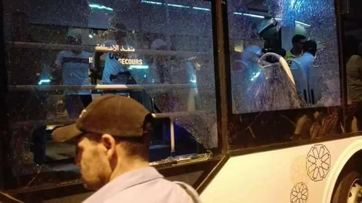 خطير .. أطفال يرشقون حافلة بين تطوان ومرتيل بالحجارة واغماءات في صفوف الركاب (شاهد الصور)