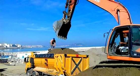 عمالة المضيق الفنيدق تقوم بعملية جرف الرمال غير الصالحة بنقطة تفريغ السمك بالفنيدق