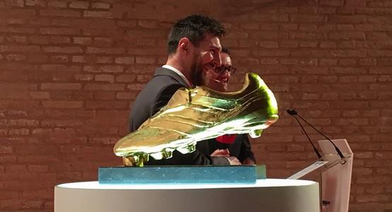 ميسي يتسلم جائزة الرابعة للحذاء الذهبي و يعادل رقم رونالدو