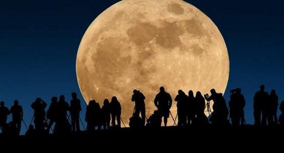 """المغرب على موعد مع ظاهرة """"القمر العملاق"""" .. إليكم ما سيحدث هذا المساء"""