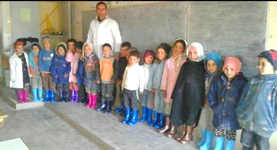 أستاذ يبدع مبادرة لحماية تلاميذه من البرد