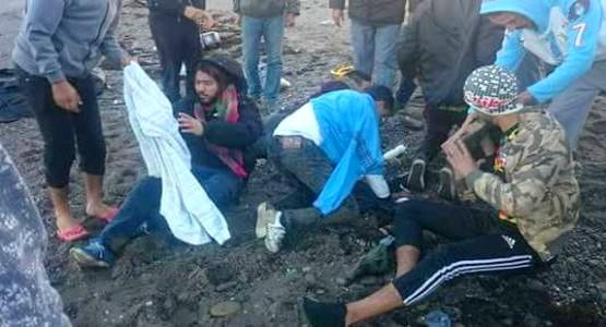 أمواج البحر تقذف زورقا مطاطيا بواد لاو على متنه مهاجرون سريون