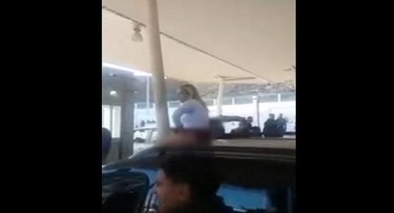 امرأة تتعرى بباب سبتة احتجاجا على مصادرة سلعها