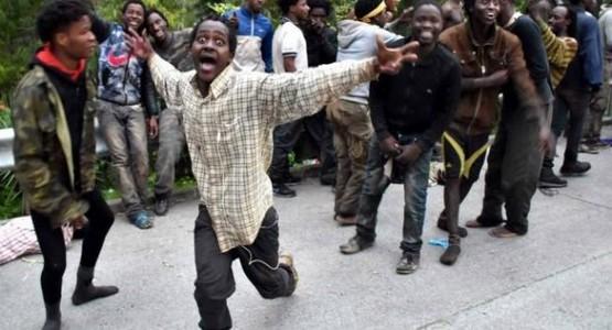 أمن طنجة يمنع وصول مئات المهاجرين الأفارقة الى باب سبتة (الفيديو + الصور ..)