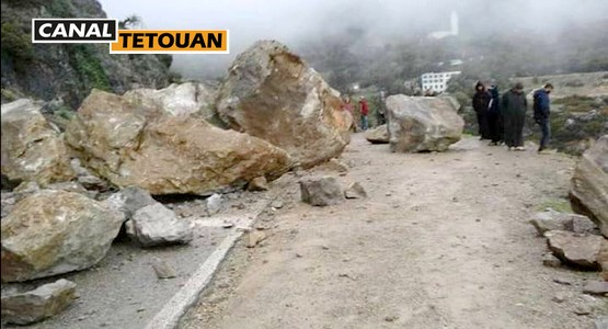 انهيار صخري على الطريق الرابطة بين مدينتي تطوان والحسيمة (+شاهد الصور)