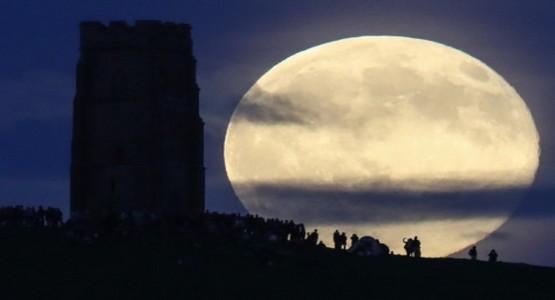 العالم يشهد أول ظاهرة فلكية جديدة مع بداية 2018..القمر العملاق!