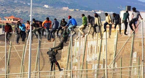 أكثر من 200 مهاجر أفريقي يقتحمون السياج الحدودي ويصلون إلى سبتة المحتلة