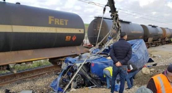 فاجعة بطنجة ….ستة قتلى و 14 جريحا في حادث اصطدام مروع لقطار بسيارة لنقل العمال