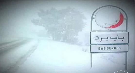 بالفيديو … الثلوج توقف حركة السير بين تطوان و الحسيمة و مسافرون محاصرون داخل الحافلات