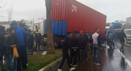 مؤلم … مقتل تلميذة و إصابة اثنتين بجروح  بليغة في حادثة انزلاق شاحنة بطنجة