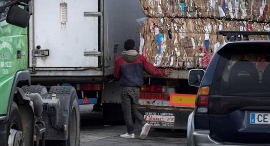 بالفيديو .. قاصر مغربي يخاطر بحياته تحت شاحنة للنقل للوصول إلى أوروبا