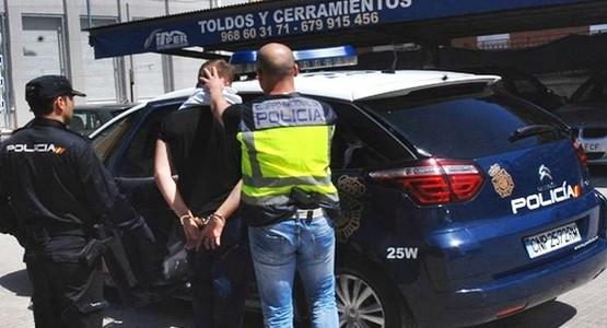 اعتقال مغربي بإسبانيا أجبر زوجته على ارتداء الحجاب