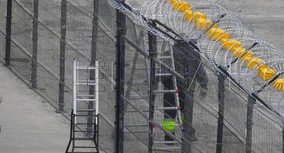 الحكومة الإسبانية الجديدة تعتزم إزالة الشفرات الحادة من سياج سبتة ومليلية