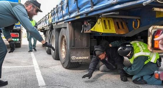ايقاف ثلاثة قاصرين مغاربة بميناء سبتة حاولوا الهجرة مختبئين أسفل شاحنة