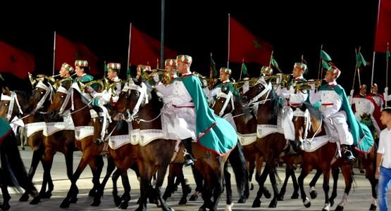 طواف المشاعل التقليدي للحرس الملكي ينير كورنيش المضيق تحت أنظار آلاف من المتتبعين