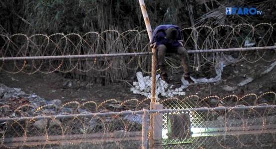 """""""محامي الشعب"""" الإسباني يرفض وجود الشفرات الحادة بسياج سبتة ومليلية"""