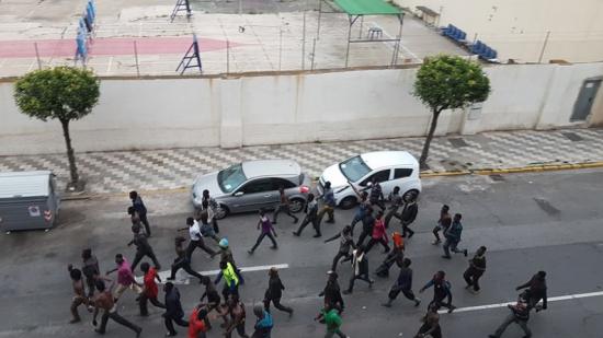رعب حقيقي … حوالي 600 مهاجر إفريقي يقتحمون سياج سبتة المحتلة (شاهد الفيديو)