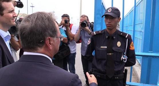 زيارة حاكم سبتة للمعبر الحدودي الوهمي تخلق أزمة سياسية وفعاليات إسبانية تحذر من عواقب وخيمة على الثغر المحتل