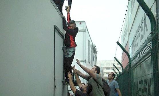 ضبط مهاجرين مغاربة مختبئين داخل شاحنات نقل ألعاب الملاهي بسبتة