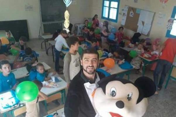 """وزير التعليم يفاجئ الأستاذ الذي استقبل تلاميذه بشخصية """"ميكي ماوس"""""""