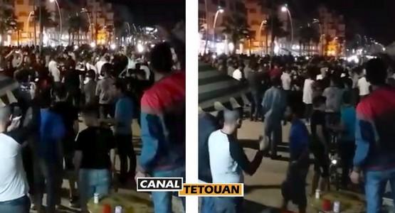 """عشرات الشباب يحتشدون بشواطئ تطوان وينادون """"الشعب بغا الحركة فابور"""""""