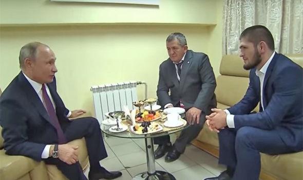 لحظة استقبال بوتين للمقاتل المسلم خبيب نورمحمدوف (شاهد الفيديو)