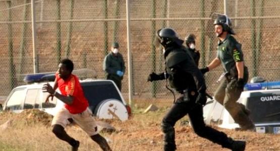 """إصابة عنصرين أمنيين بعد اقتحام مهاجرين """"غير نظاميين"""" السياج الحدودي لمليلية"""