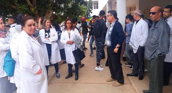 نقابيون يحتجون على نتائج الحركة الإنتقالية أمام مديرية تطوان