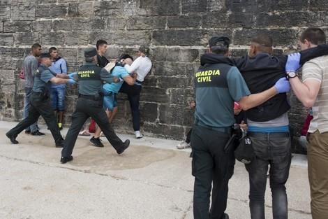 الشرطة الإسبانية تفكك شبكة مغربية تنشط في تهريب المهاجرين إلى سبتة المحتلة