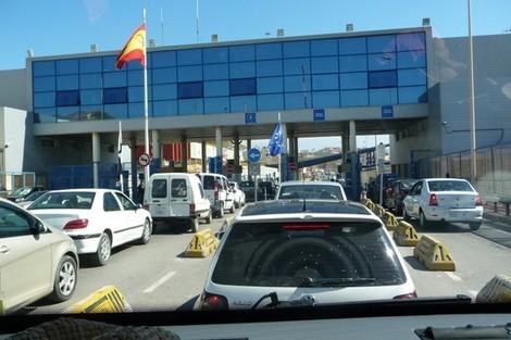 بسبب اقتراب رأس السنة..مئات المغاربة عالقون في الحدود مع سبتة