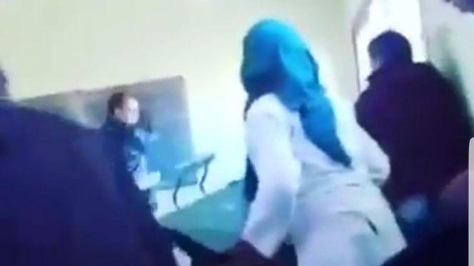 بالفيديو: أستاذ يقلب الطاولة على تلميذتين والوزارة تتدخل