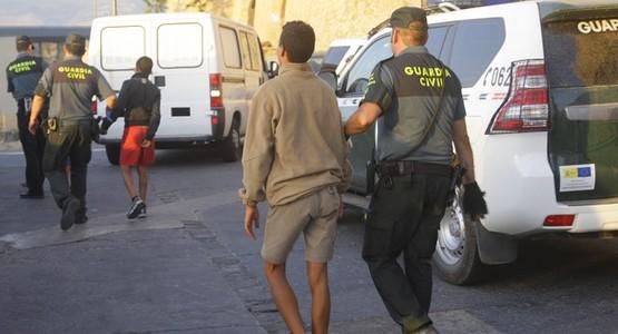 سلطات الاسبانية توقف 38 مغربيا كانوا بصدد الهجرة من ميناء سبتة