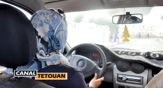 أول امرأة بمرتيل تقود سيارة أجرة