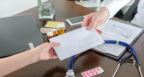 متابعة 4 أطباء بالعرائش بسبب الشواهد الطبية