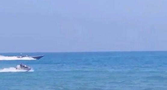 """بالفيديو.. البحرية الإسبانية تطارد مهاجرا على متن """"جيت سكي"""" بسبتة المحتلة"""