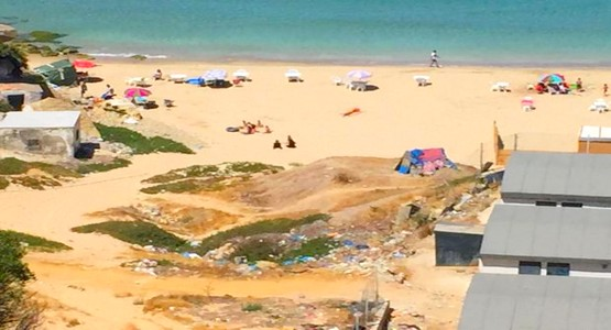 تقرير يكشف ثلوث مياه شاطئ الدالية الحامل للواء الأزرق