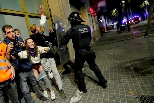 شرطة كتالونيا تعتقل 54 شخصا بعد أحداث عنيفة