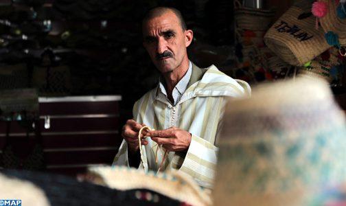 عبد السلام الفرشم.. حرفي يحول جريد نبات الدوم إلى تحف فنية بالمضيق