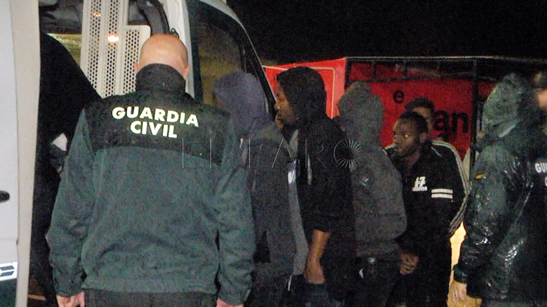 سائق مجنون يقتحم معبر سبتة بحافلة تحمل 52 مهاجرا سريا