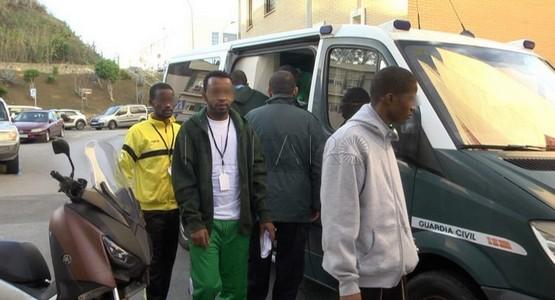 إسبانيا تقبل لجوء 16 مهاجراً إفريقيا اقتحاموا معبر سبتة بشكل انتحاري