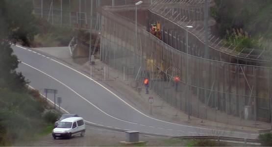 سلطات سبتة المحتلة تشرع في إزالة الأسلاك الشائكة من السياج الحدودي