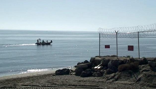 """الأمن الإسباني يمنع 14 مغربيا من """"الحريك"""" سباحة من سبتة المحتلة إلى المغرب"""