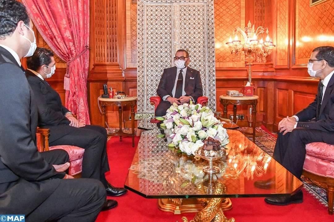 جلالة الملك محمد السادس يرتدي الكمامة الواقية