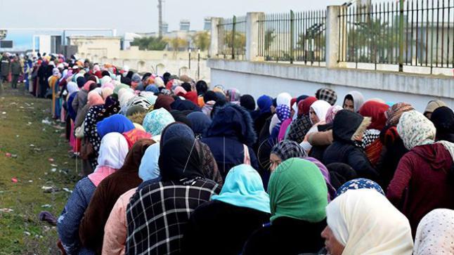 """بسبب """"فيروس كورونا"""".. آلاف العاملات المغربيات بحقول الفراولة عالقات بإسبانيا"""