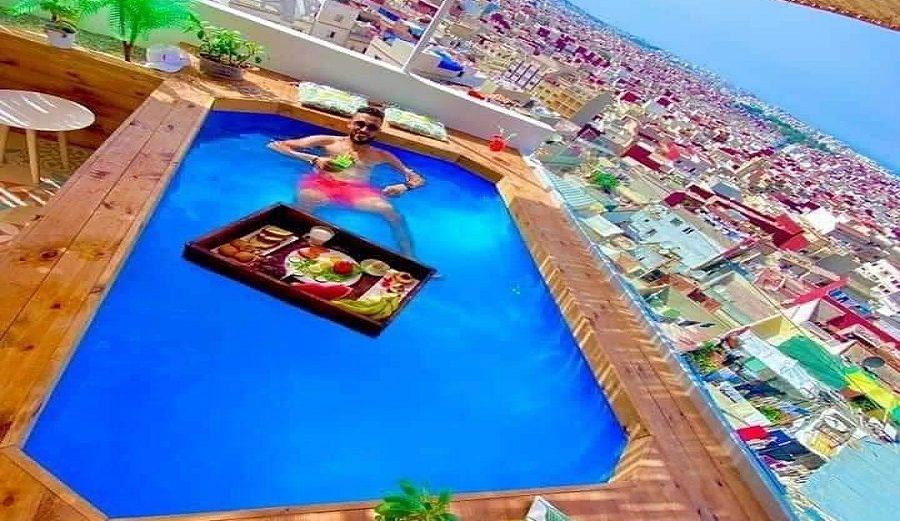 مواطن بطنجة يحول سطح منزله إلى مسبح بإبداع وحرفية- صور