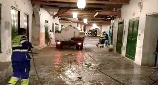 غسل وتطهير أزقة ودروب حي العيون بالمدينة العتيقة بتطوان
