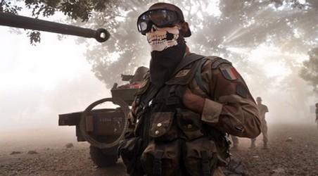 """صورة لجندي بـ""""قناع الموت"""" في مالي تحرج الفرنسيين"""