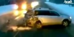 غرائب وعجائب : طفلة تنجو بأعجوبة من موت محقق في حادثة سير (فيديو)